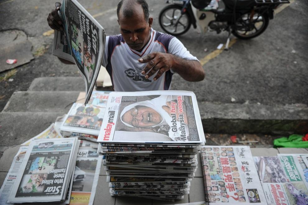 2.MALEZJA, Kuala Lumpur, 19 lipca 2014: Sprzedawca gazet w Kuala Lumpur. AFP PHOTO / MOHD RASFAN