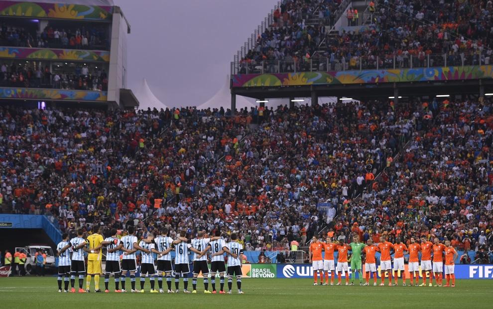 2.BRAZYLIA, Sao Paulo, 9 lipca 2014: Zespoły Argentyny i Holandii przed rozpoczęciem meczu półfinałowego. AFP PHOTO / FABRICE COFFRINI