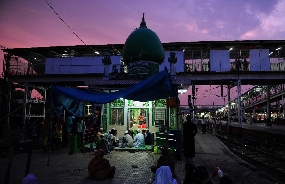 2.INDIE, Allahabad, 3 lipca 2014: Muzułmanie przed meczetem na stacji kolejowej.. AFP PHOTO / SANJAY KANOJIA
