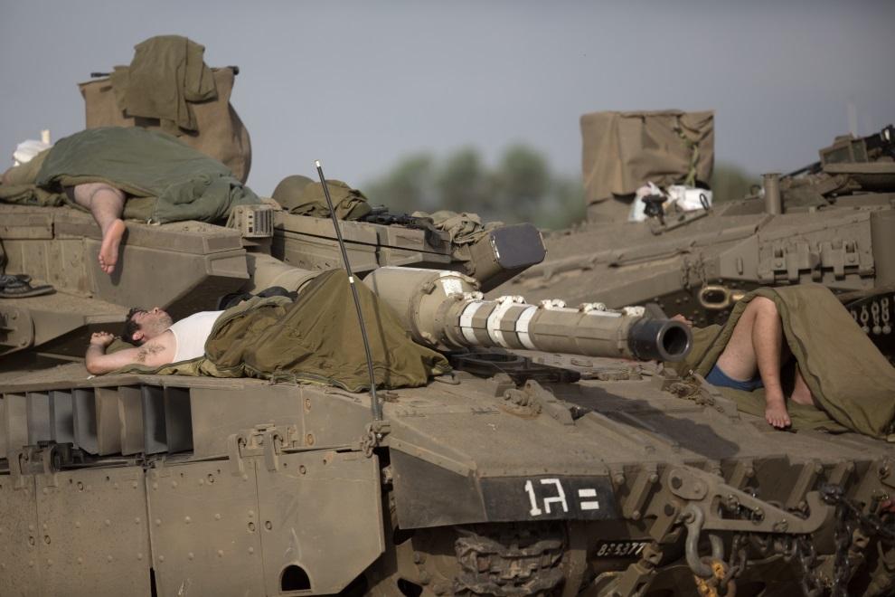 30.IZRAEL, (pogranicze), 13 lipca 2014: Izraelscy żołnierze śpiący na Merkavach. AFP PHOTO /MENAHEM KAHANA