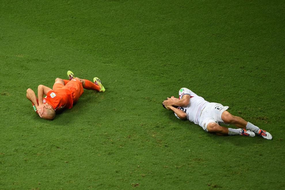 30.BRAZYLIA, Salvador, 5 lipca 2014: Kontuzjowani Arjen Robben (po lewej) i Johnny Acosta (po prawej). (Foto: Laurence Griffiths/Getty Images)
