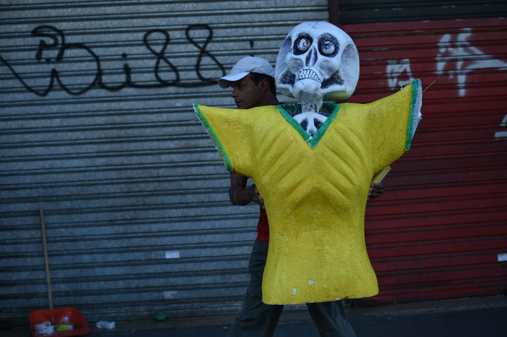 31.BRAZYLIA, Rio de Janeiro, 13 lipca 2014: Mężczyzna wracający z protestu przeciw FIFA. AFP PHOTO / YASUYOSHI CHIBA