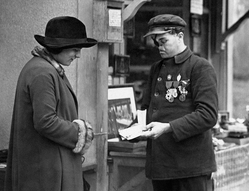 31.FRANCJA, Rethondes, 11 listopada 1927: Weteran wojenny, kustosz obiektu w Compiegne, gdzie podpisano  rozejm kończący I wojnę światową. AFP PHOTO