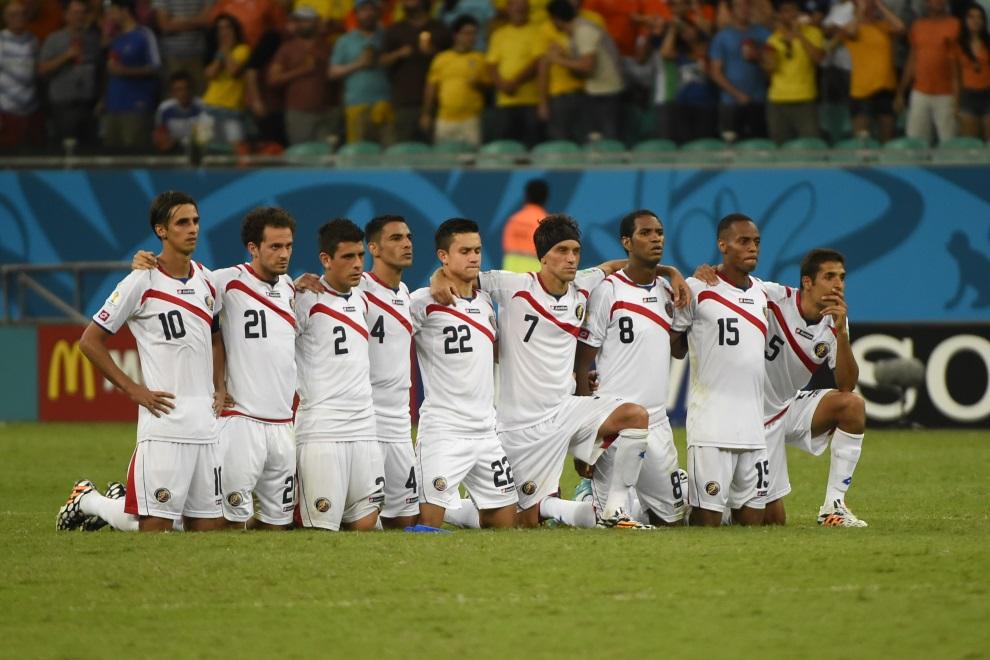 31.BRAZYLIA, Salvador, 5 lipca 2014: Zawodnicy reprezentacji Kostaryki podczas serii rzutów karnych. AFP PHOTO / FABRICE COFFRINI