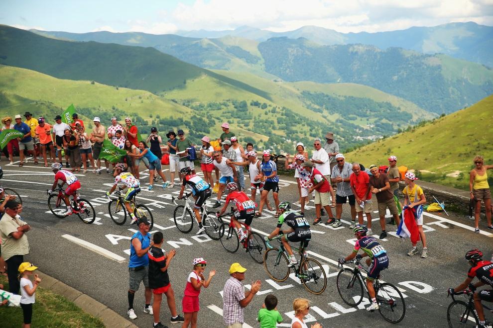 31.FRANCJA, Saint-Lary-Soulan, 23 lipca 2014: Grupa pościgowa na trasie 17. etapu TDF. (Foto: Bryn Lennon/Getty Images)