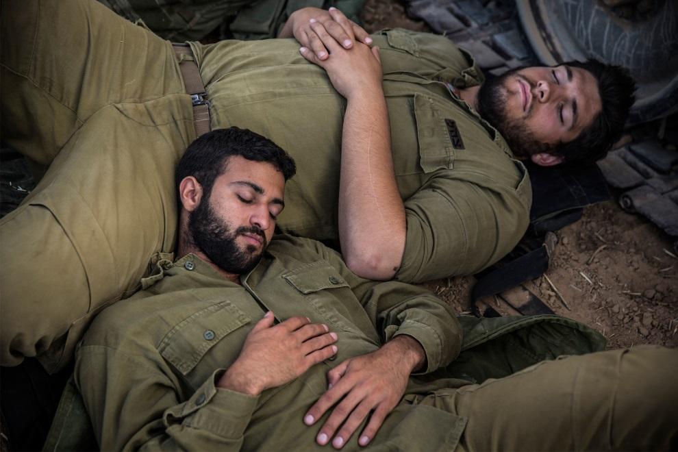 32.IZRAEL, Sderot, 15 lipca 2014: Śpiący izrealscy żołnierze. (Foto: Andrew Burton/Getty Images)