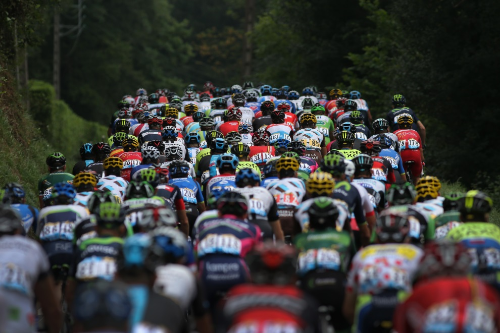 34.FRANCJA, Pau, 24 lipca 2014: Peleton na starcie 18. etapu TDF. (Foto: Doug Pensinger/Getty Images)