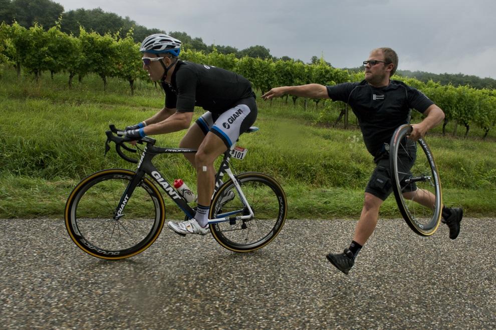 35.FRANCJA, Bergerac, 25 lipca 2014: Marcel Kittel wraca do wyścigu po zmianie koła. AFP PHOTO / JEFF PACHOUD