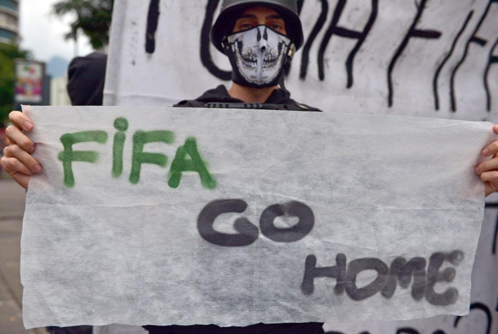 36.BRAZYLIA, Rio de Janeiro, 30 czerwca 2014: Uczestnik demonstracji w centrum Rio. AFP PHOTO / YASUYOSHI CHIBA