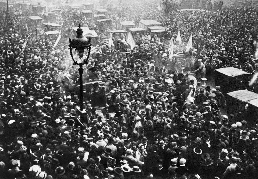 37.FRANCJA, Paryż, 11 listopada 1918: Francuzi cieszący się z zakończenia wojny.  AFP