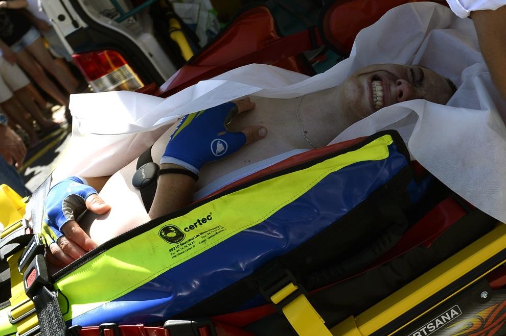 38.FRANCJA, Saint-Étienne, 17 lipca 2014: David de la Cruz Melgarejo znoszony na noszach po upadku na 12. etapie TDF. AFP PHOTO / LIONEL BONAVENTURE