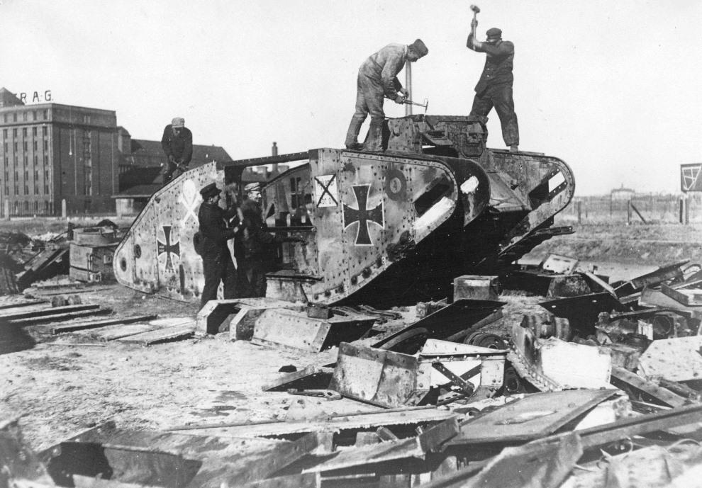 38.NIEMCY, Berlin, 1919: Niemickie czołgi niszczone na przedmieściach Berlina. (Foto: Hulton Archive/Getty Images)
