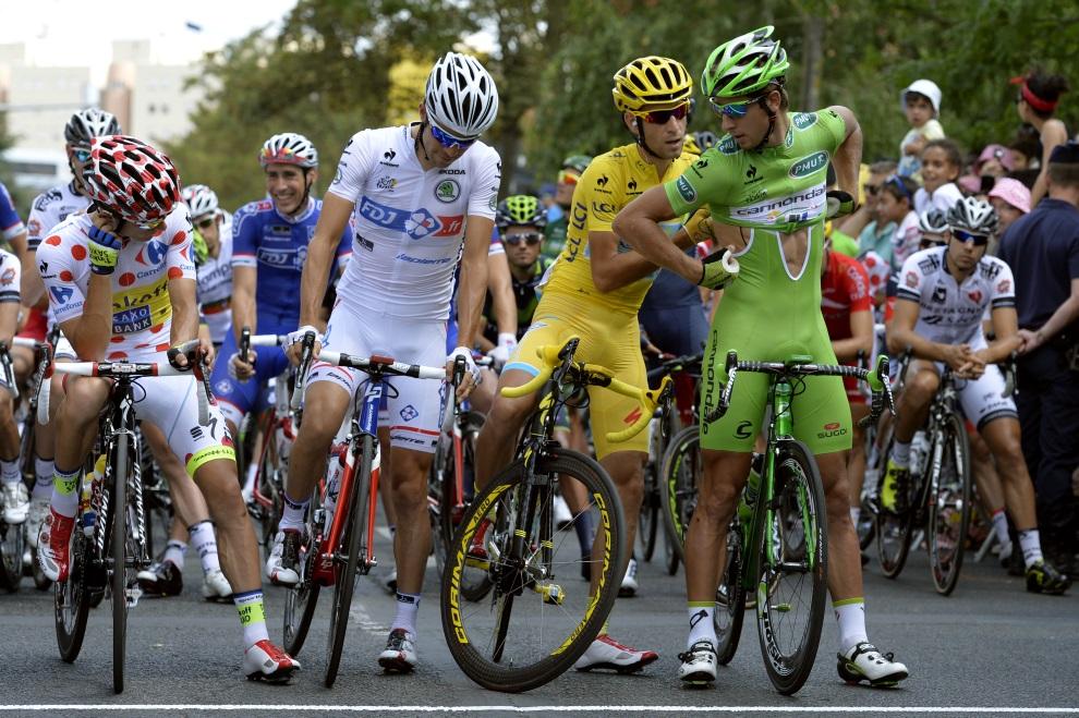 39.FRANCJA, Évry, 27 lipca 2014: Vincenzo Nibali pomaga założyć koszulkę Peterowi Saganowi. AFP PHOTO / ERIC FEFERBERG
