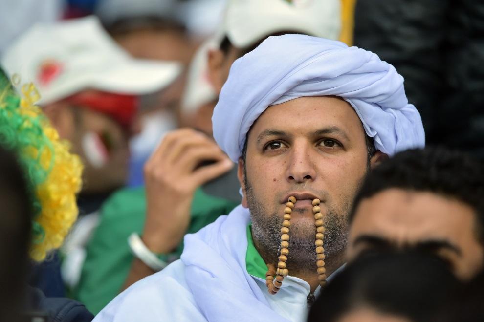 3.BRAZYLIA, Pôrto Alegre, 30 czerwca 2014: Algierski kibic czekający na rozpoczęcie spotkania Niemcy – Algieria. AFP PHOTO / GABRIEL BOUYS