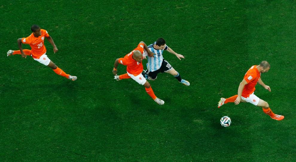 3.BRAZYLIA, Sao Paulo, 9 lipca 2014:  Nigel de Jong walczy o piłkę z Lionelem Messim. AFP PHOTO / POOL / FABRIZIO BENSCH