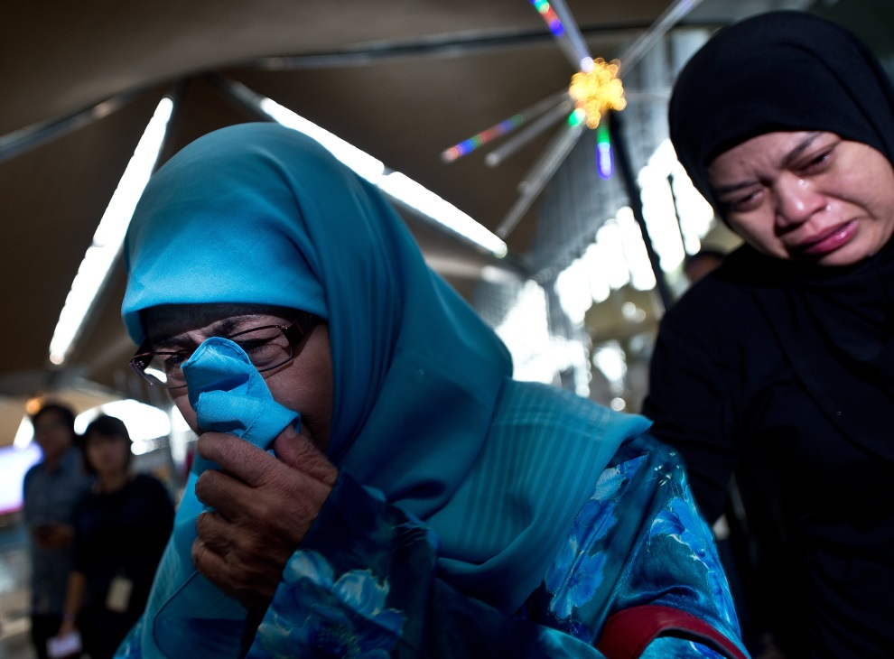 3.MALEZJA, Sepang, 18 lipca 2014: Bliscy ofiar zestrzelonego MH17. AFP PHOTO / MANAN VATSYAYANA