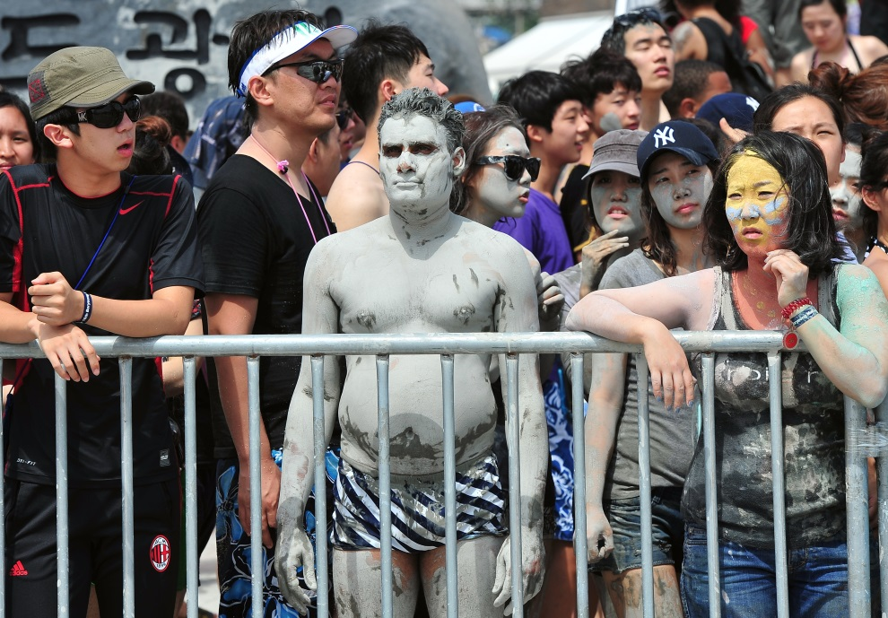 3.KOREA POŁUDNIOWA, Boryeong, 20 lipca 2013: Turysta pokryty warstwą błota. AFP PHOTO / JUNG YEON-JE
