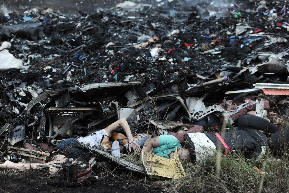 3.UKRAINA, Szachtarsk, 17 lipca 2014: Szczątnik samolotu Malezyjskich linii lotniczych zestrzelonego w pobliżu granicy z Rosją. AFP PHOTO/DOMINIQUE FAGET