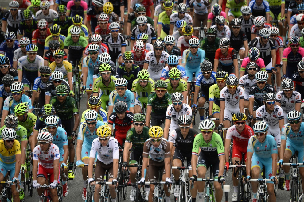 41.FRANCJA, Grenoble, 19 lipca 2014: Peleton na starcie do 14. etapu TDF. AFP PHOTO / LIONEL BONAVENTURE