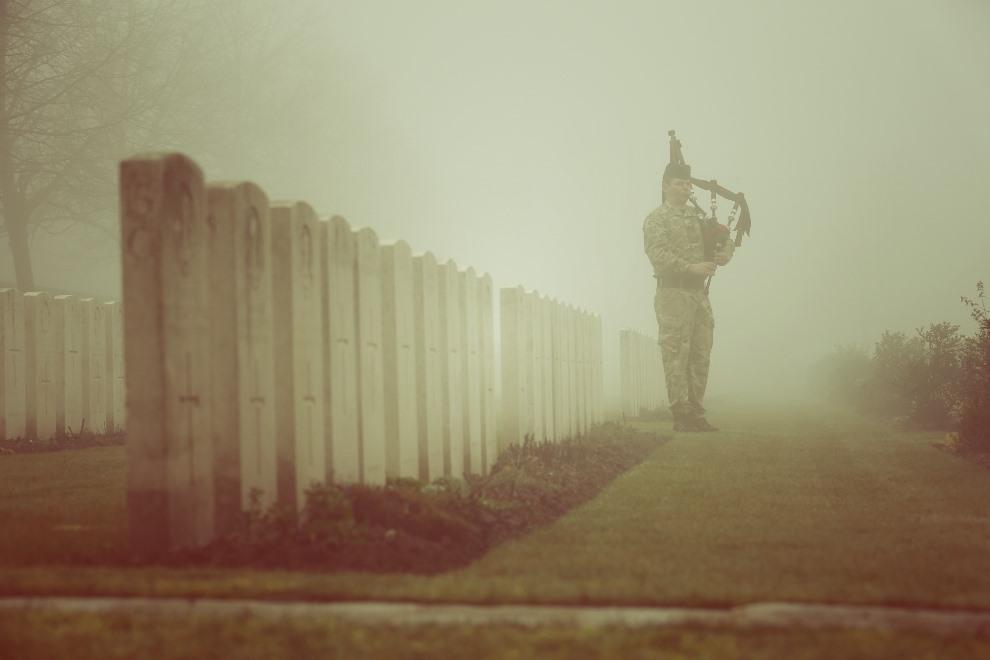 42.FRANCJA, Loos-en-Gohelle, 13 marca 2014: Kapral Stuart Gillies przed uroczystością pochówku ciał 20 brytyjskich żołnierzy, odnalezionych po stu latach. Zginęli   oni podczas bitwy pod Loos-en-Gohelle. (Foto: Peter Macdiarmid/Getty Images)
