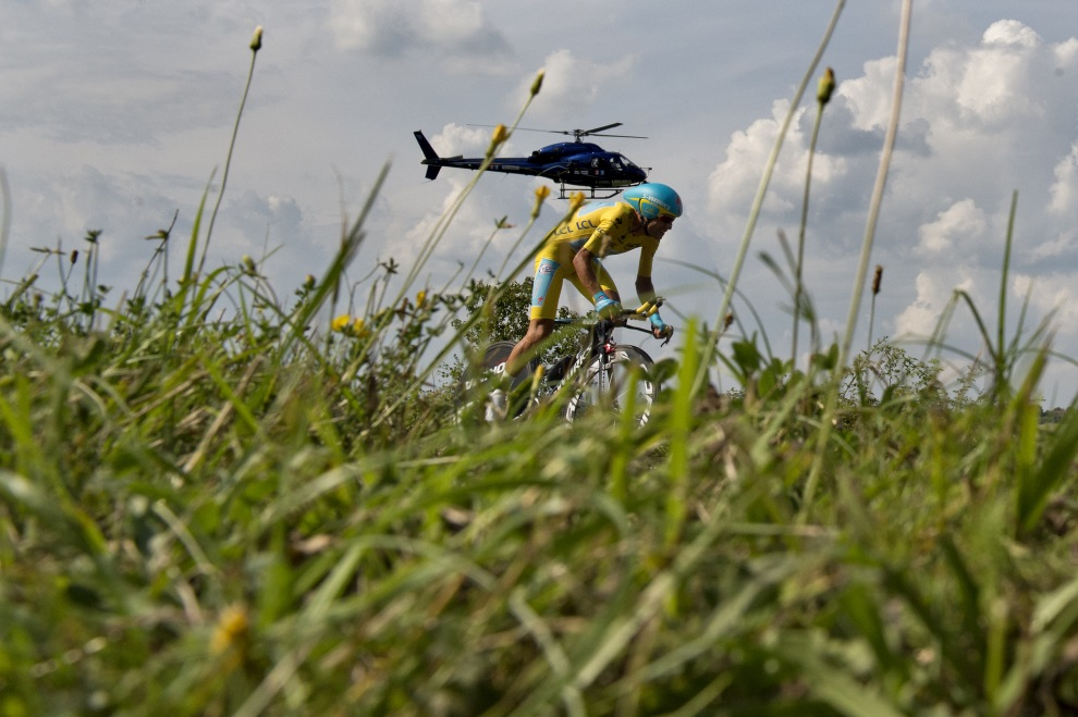 43.FRANCJA, Périgueux, 26 lipca 2014: Vincenzo Nibali podczas próby czasowej. AFP PHOTO / JEFF PACHOUD