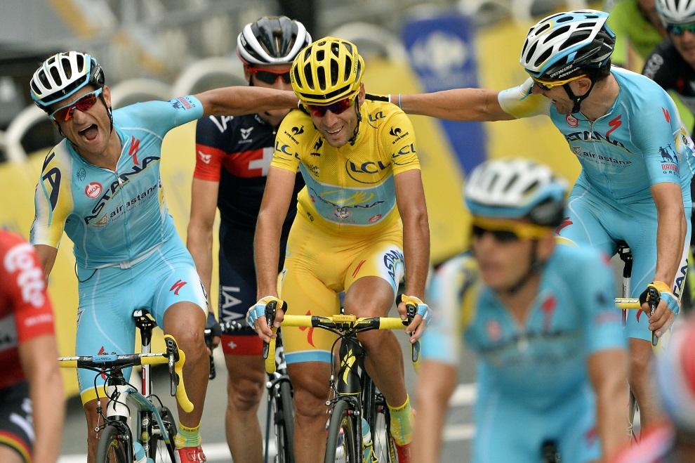 44.FRANCJA, Paryż, 27 lipca 2014: Vincenzo Nibali na mecie ostatniego etapu TDF. AFP PHOTO / LIONEL BONAVENTURE