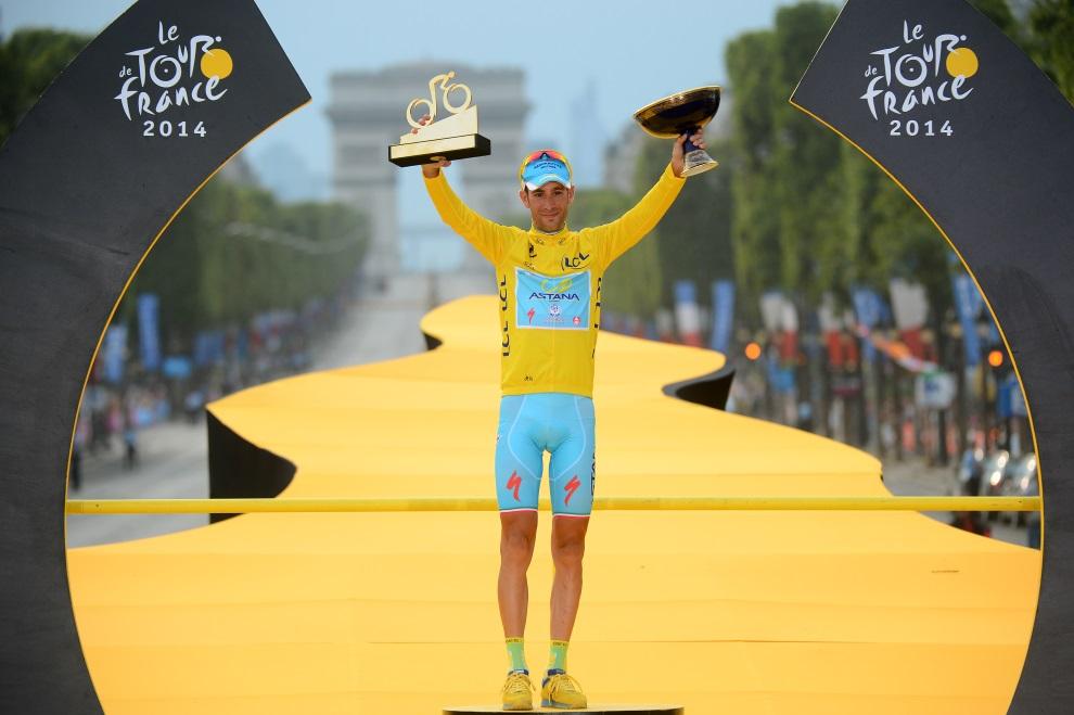 48.FRANCJA, Paryż, 27 lipca 2014: Vincenzo Nibali, zwycięzca klasyfikacji generalnej. AFP PHOTO / POOL / JEROME PREVOST