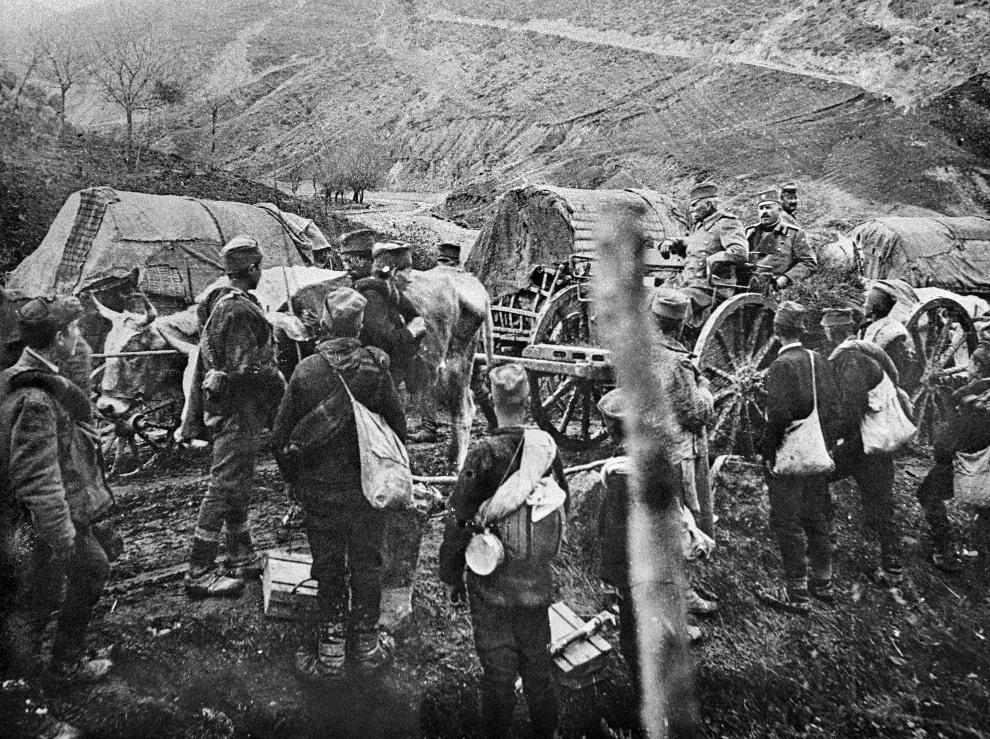 4.SERBIA, Pec, listopad 1915: Ucieczka z kraju króla Piotra I (po prawej na wozie) w trakcie ofensywy państw centralnych.   AFP