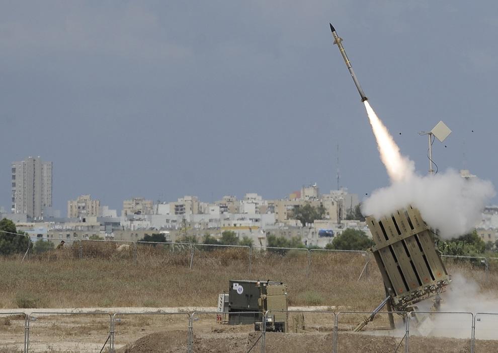 """4.IZRAEL, Ashdod, 15 lipca 2014: Rakieta wystrzelona przez system """"Żelazna Kopuła"""". AFP PHOTO/DAVID BUIMOVITCH"""