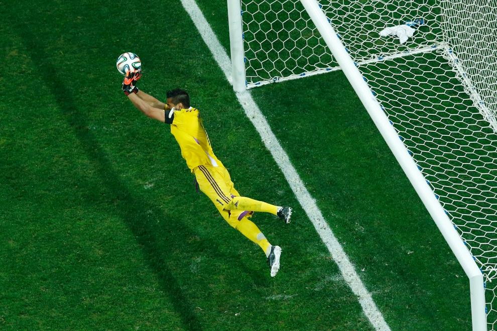 4.BRAZYLIA, Sao Paulo, 9 lipca 2014:  Sergio Romero broni rzut karny w meczu z Holandia – Argentyna. AFP PHOTO / POOL / FABRIZIO BENSCH