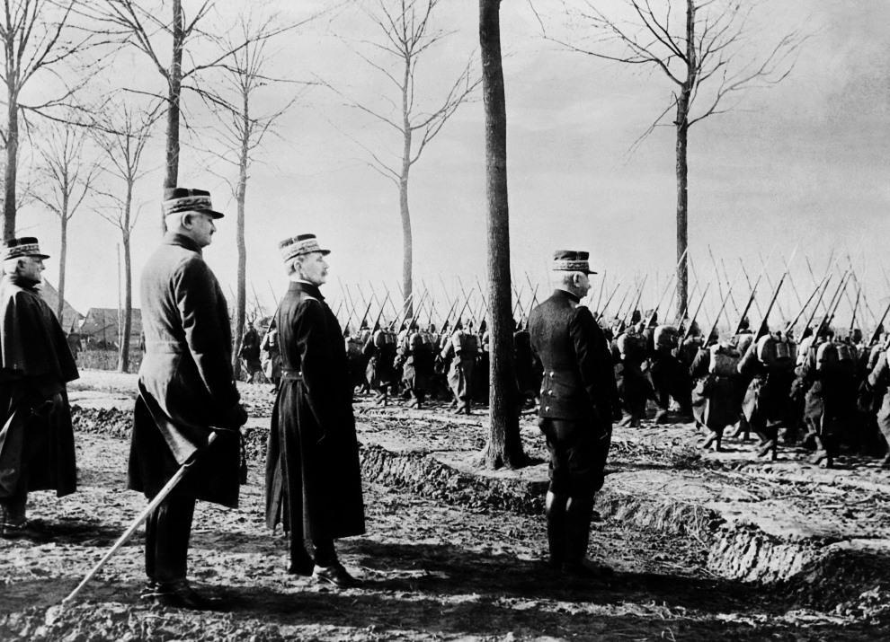 5.FRANCJA: Na zdjęciu widoczni: marszałek Ferdinand Foch (drugi od prawej), generał Joseph Joffre (po prawej), generał John Pershing (drugi od lewej). AFP PHOTO