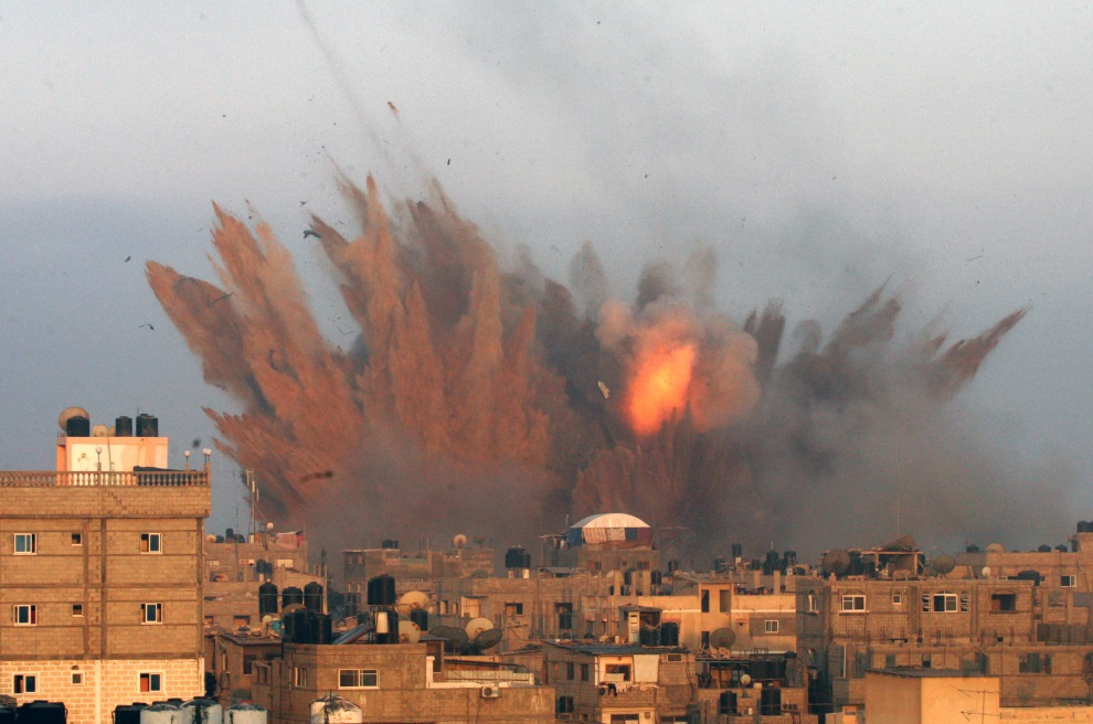 5.AUTONOMIA PALESTYŃSKA, Rafah, 11 lipca 2014: Eksplozja izraelskich pocisków zrzuconych na Rafah. AFP PHOTO / SAID KHATIB