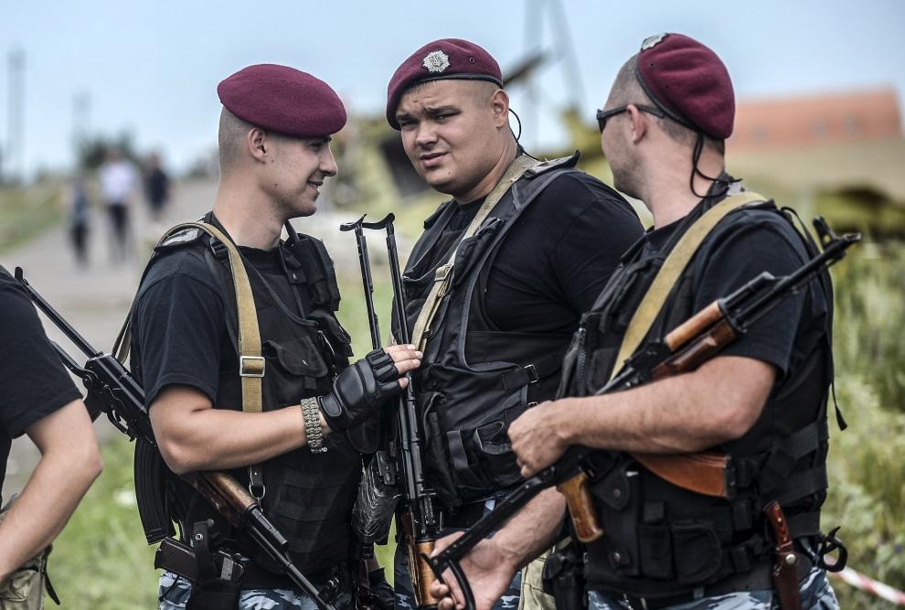 5.UKRAIN, Grabowa, 20 lipca 2014: Prorosyjscy separatyści w pobliżu miejsca, gdzie spadł zestrzelony samolot pasażerski. AFP PHOTO/ BULENT KILIC