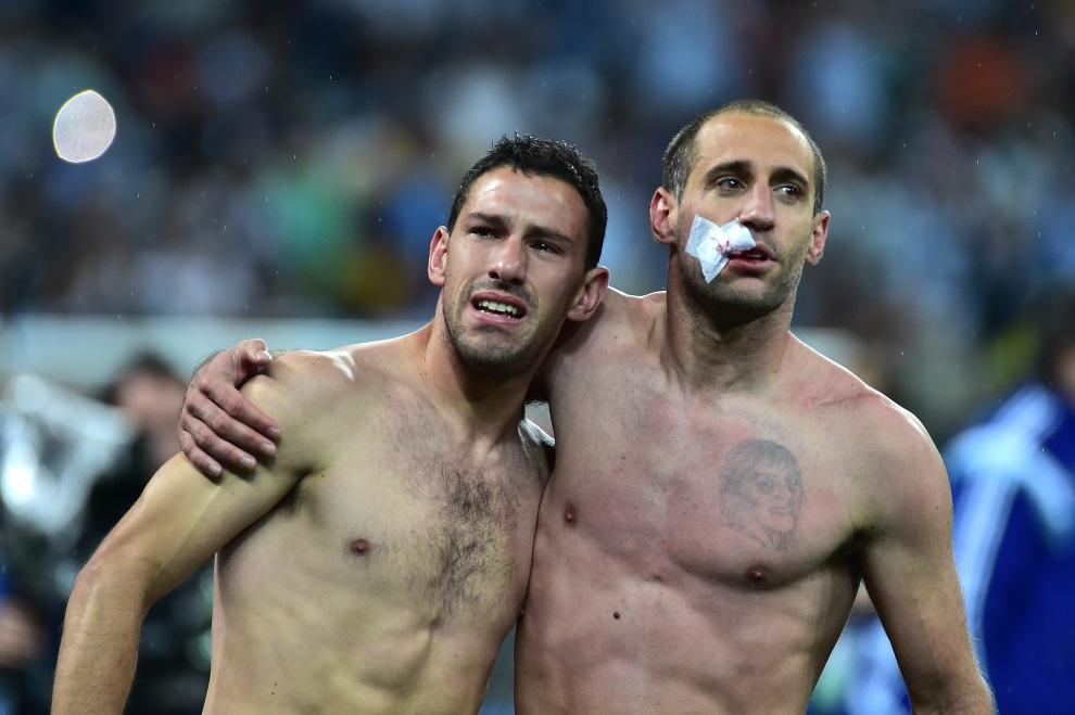5.BRAZYLIA, Sao Paulo, 9 lipca 2014:  Pablo Zabaleta (po prawej) i Maxi Rodriguez (po lewej) cieszą się z awansu do finału. AFP PHOTO / NELSON ALMEIDA
