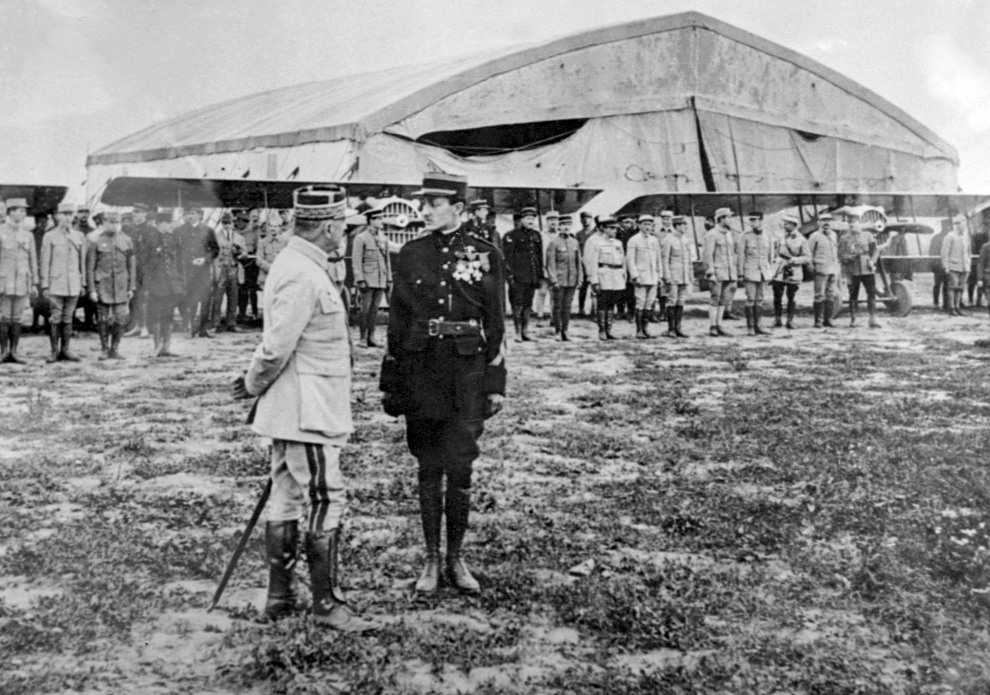 6.FRANCJA, Saint-Quentin, 28 lipca 1917:  Pilot-bohater wojenny, Georges Guynemer (po prawej; zginął podczas walki 11 września 1917 roku, w wieku 22 lat),   rozmawia z marszałkiem Louisem Franchetem d'Esperey (po lewej). AFP