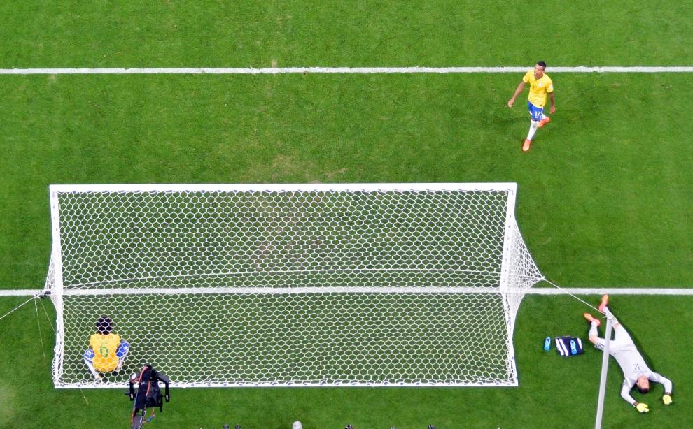 6.BRAZYLIA, Belo Horizonte, 8 lipca 2014: Bramkarz reprezentacji Brazylii, Julio Cesar (po prawej), po przegranej w meczu z reprezentacją Niemiec. AFP PHOTO /   POOL / FRANCOIS XAVIER MARIT