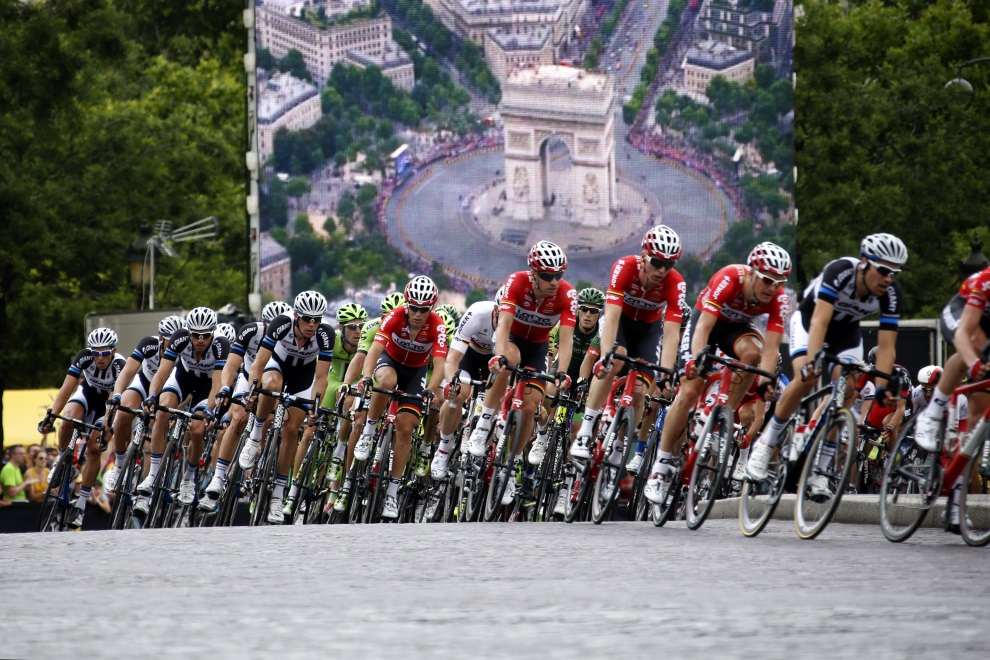 6.FRANCJA, Paryż, 27 lipca 2014: Peleton przejeżdżający przez Champs Elysee. AFP PHOTO / KENZO TRIBOUILLARD