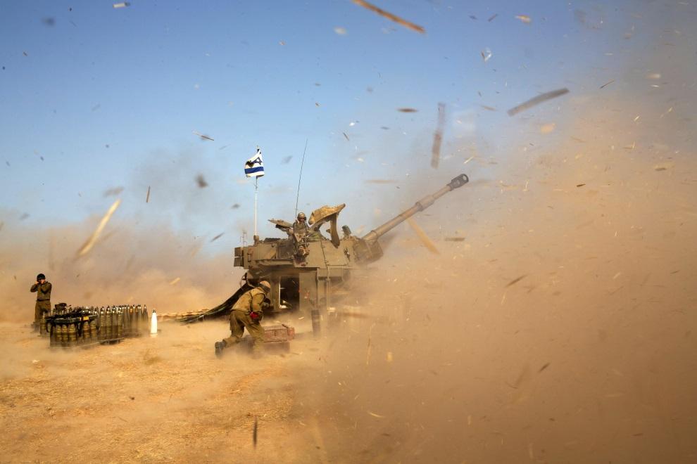 6.IZRAEL (pogranicze), 12 lipca 2014: Izraelska artyleria ostrzeliwuje pozycje Hamasu. AFP PHOTO /MENAHEM KAHANA