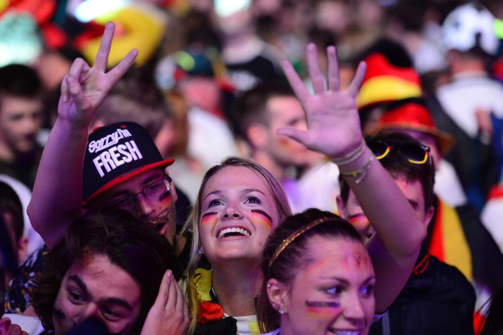7.NIEMCY, Berlin, 8 lipca 2014: Niemieccy kibice cieszą się z siódmego gola swojej reprezentacji w meczu z Brazylią. AFP PHOTO / JOHN MACDOUGALL