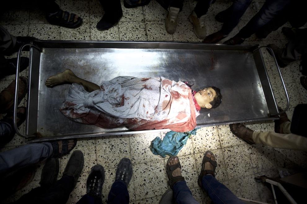 7.STREFA GAZY, 16 lipca 2014: Palestyński chłopiec zabity podczas nalotu na Strefę Gazy. AFP PHOTO / MAHMUD HAMS