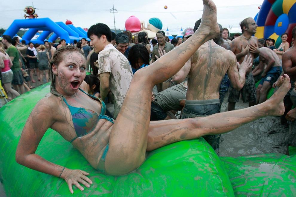 7.KOREA POŁUDNIOWA, Boryeong, 17 lipca 2010: Uczestniczka zabawy w błotnym basenie. (Foto: Chung Sung-Jun/Getty Images)