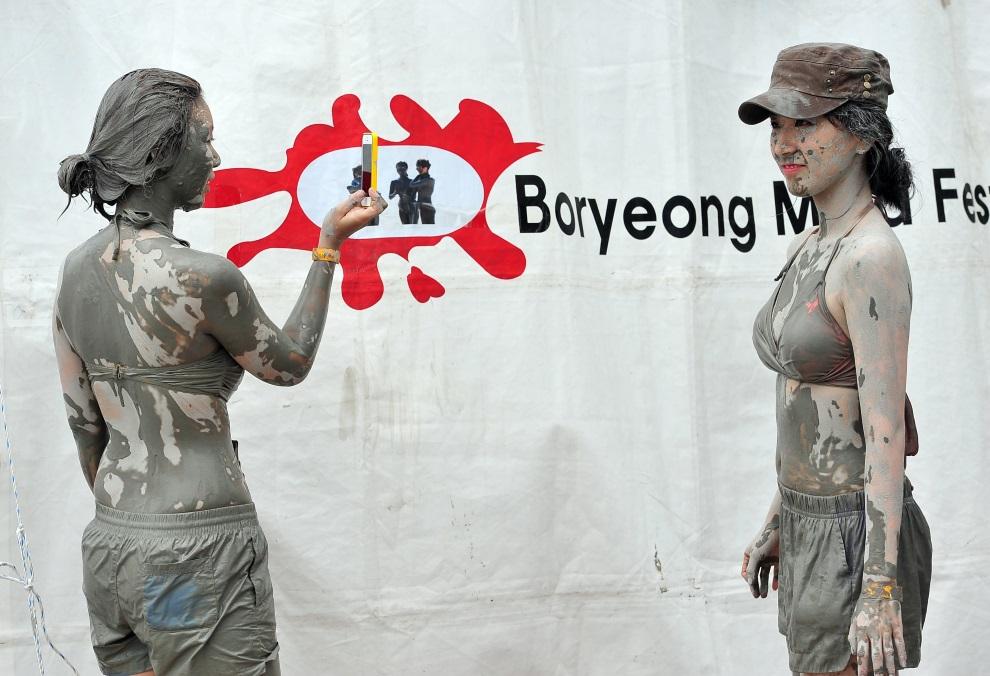 8.KOREA POŁUDNIOWA, Boryeong, 20 lipca 2013: Turystki robią sobie zdjęcie podczas zabawy w na plaży Daecheon. AFP PHOTO / JUNG YEON-JE