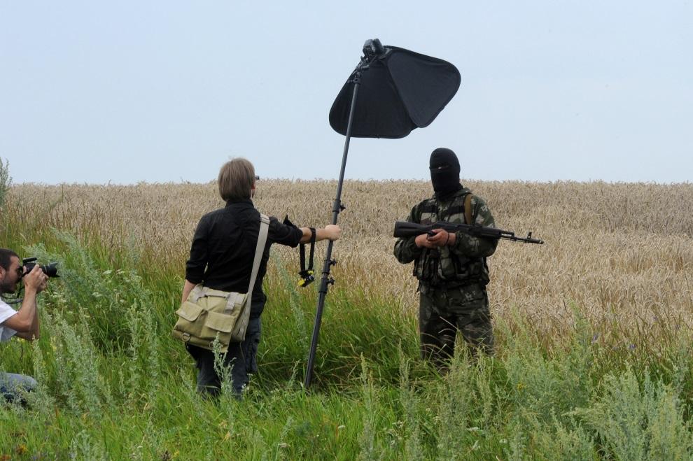 8.UKRAINA, Grabowo, 19 lipca 2014: Zamaskowany prorosyjski separatysta pozuje dla fotoreporterów. AFP PHOTO / DOMINIQUE FAGET