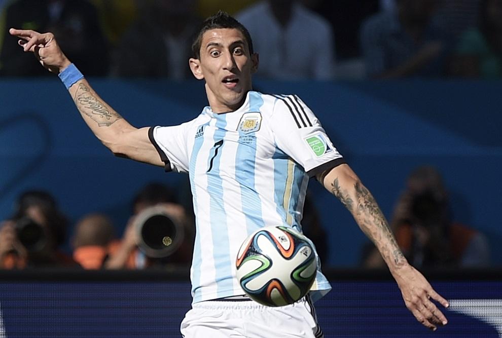 8.BRAZYLIA, Sao Paulo, 1 lipca 2014: Argentyńczyk, Angel Di Maria, przyjmujący piłkę. AFP PHOTO / JUAN MABROMATA