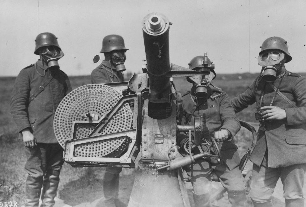 8.Niemieccy artylerzyści w maskach przeciwgazowych, obsługujący działko przeciwlotnicze. (Foto: General Photographic Agency/Getty Images)