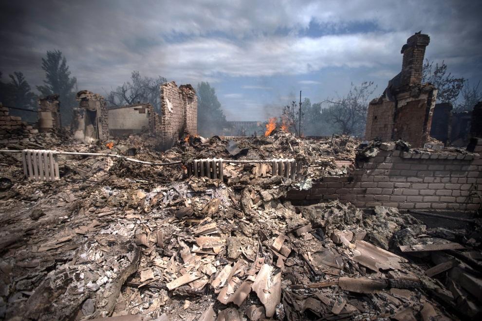 9.UKRAINA, Stanica Luganskaja, 2 lipca 2014: Budynek zniszczony w wyniku nalotu wojsk ukraińskich. AFP PHOTO / ITAR-TASS / STANISLAV KRASILNIKOV