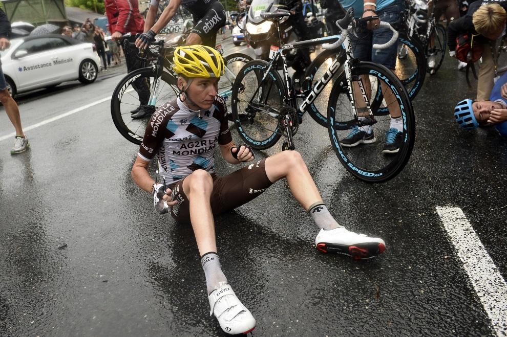 9.FRANCJA, Bergerac, 25 lipca 2014: Romain Bardet po upadku na 19. etapie TDF. AFP PHOTO / POOL / LIONEL BONAVENTURE