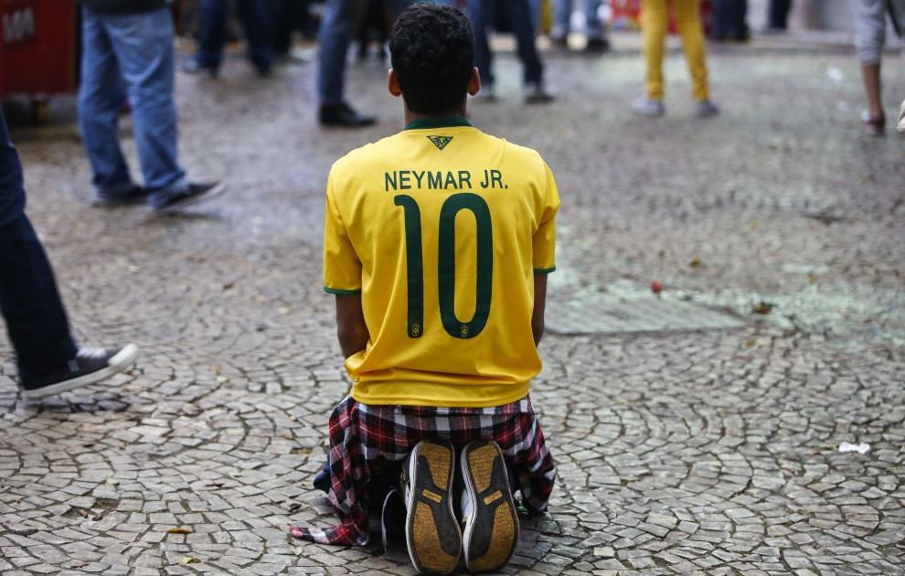 9.BRAZYLIA, Sao Paulo, 8 lipca 2014: Brazylijski kibic oglądający mecz swojej reprezentacji z drużyną Niemiec. AFP PHOTO/Miguel SCHINCARIOL