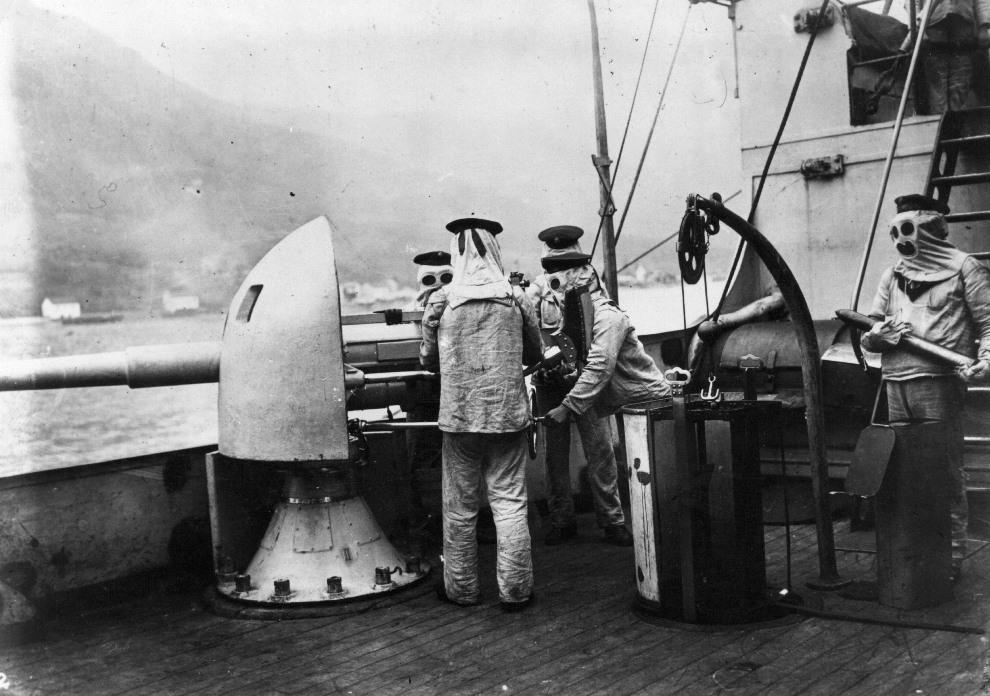 9.Niemieccy marynarze w kombinezonach chroniących ich przed oparzeniami kordytem. (Foto: Hulton Archive/Getty Images)