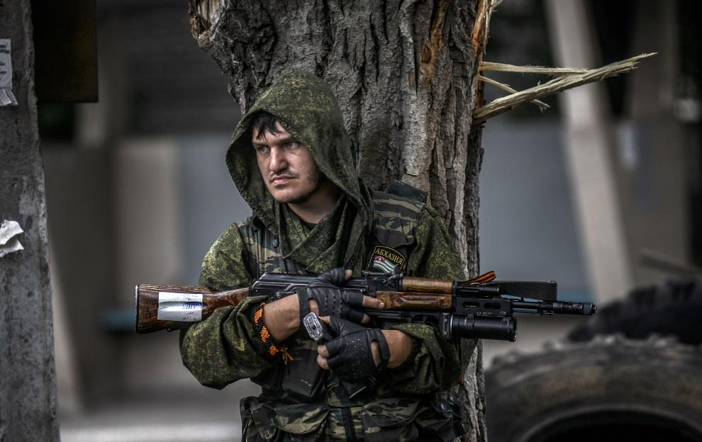 12.UKRAINA, Donieck, 22 lipca 2014: Prorosyjski separatysta na punkcie kontrolnym. AFP PHOTO/ BULENT KILIC